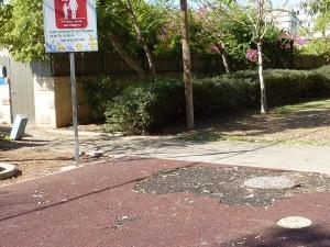 """כתם על הקרקע בגן ברח' מח""""ל - סימן של מתקן שהיה ונלקח"""