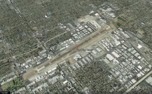 שדה התעופה של Van Nuys בלב עמק סן פרננדו במטרופולין לוס אנג'לס