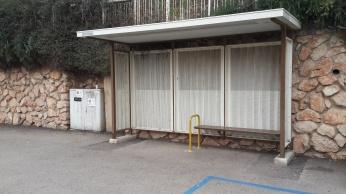 אחת משתי תחנות האוטובוס המיושנות שטרם הוחלפו.